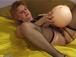 Fine Butt Matured Damsel Wanking Using Largest Toy