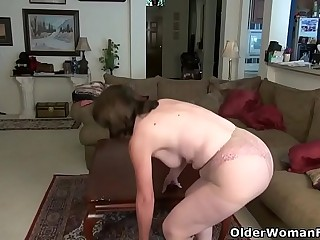 American gilf Kelli starts playing her hairy pussy